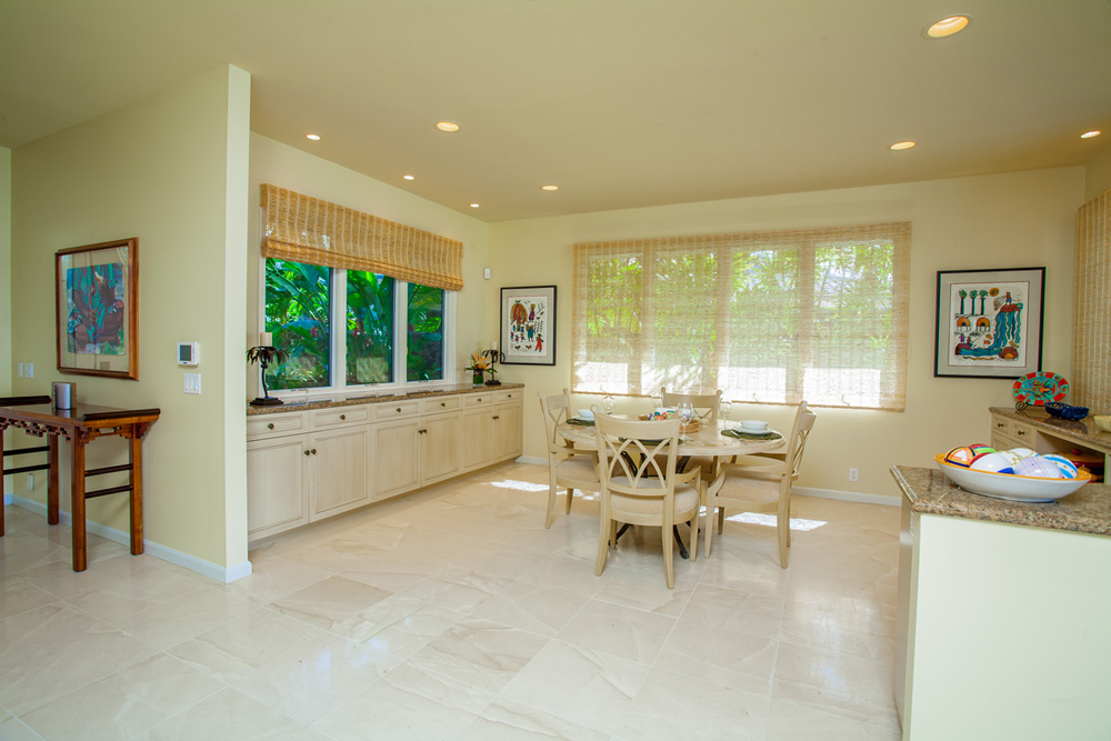 Great Room has a Dining Table for Six Guests.