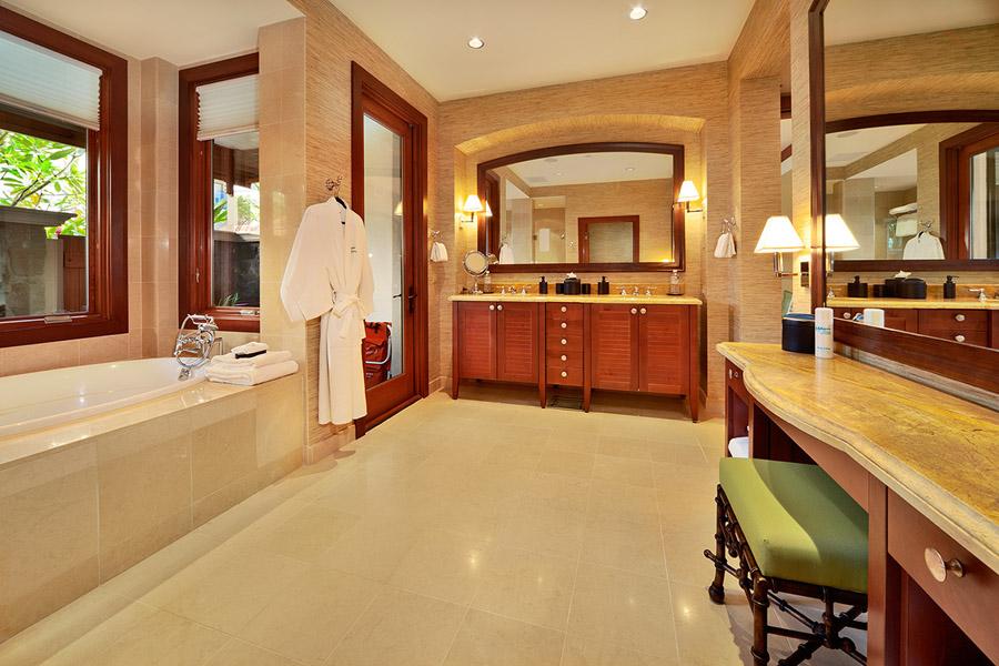 Second Master En-Suite Bath with Deep Soaking Tub