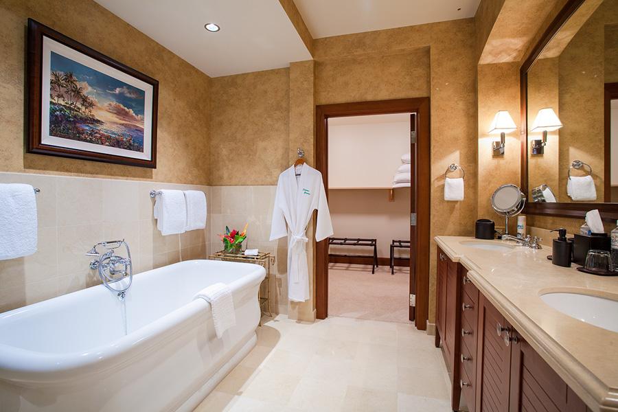 Master En-Suite Bath with Deep Soaking Tub