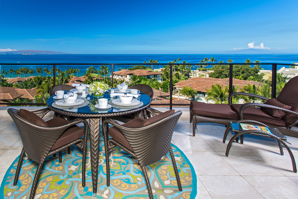 Enjoy Outdoor Dining with Stunning Views!