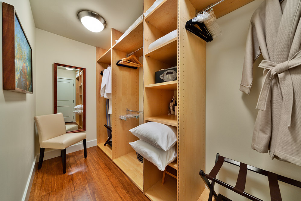 K507 Wailea Seashore Suite - The Master Bedroom Walk-In Closet with Safe...