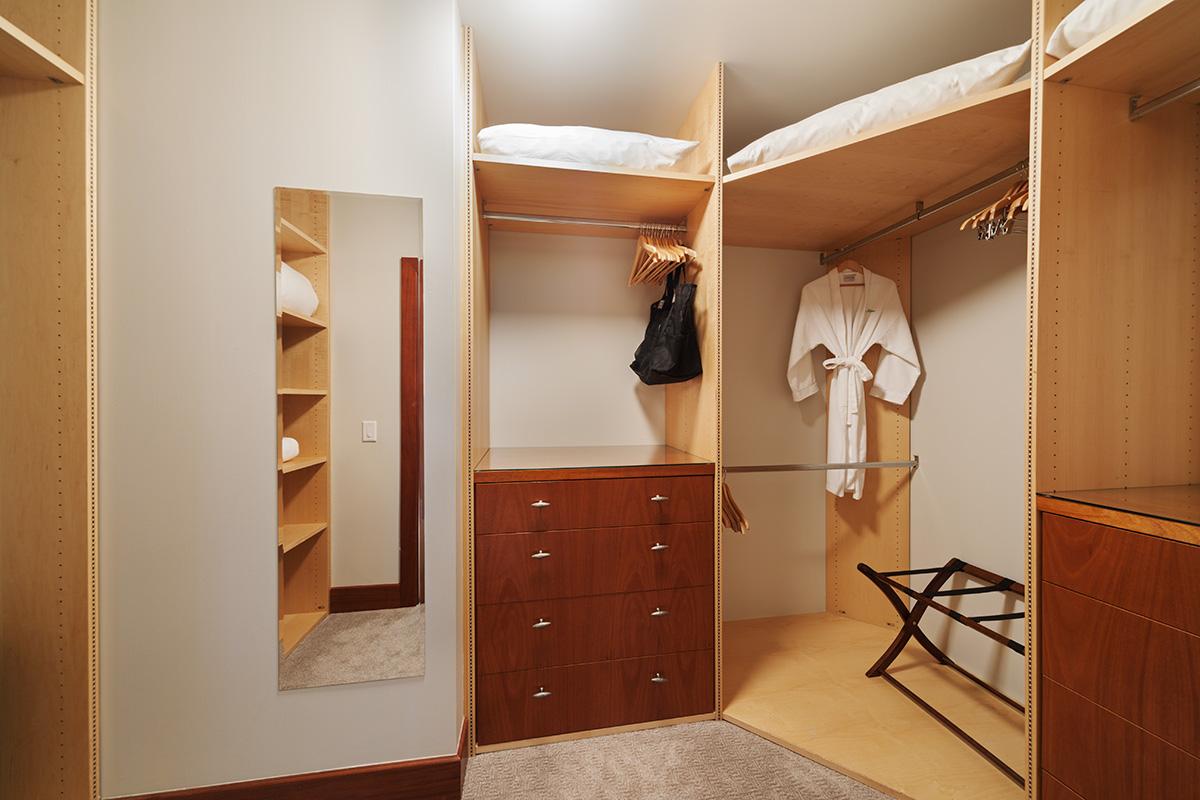 Coco Palms Pool Villa D101 - Master Bedroom En-Suite Walk-In Closet