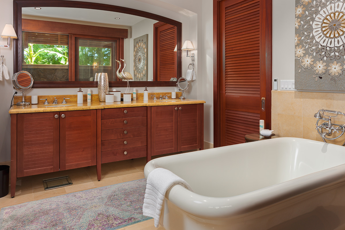 Coco Palms Pool Villa D101 - Master Bedroom En-Suite Bath with Deep Soaking Tub